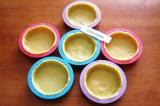 Шаг 9. Смазать формочки маслом, раскатать тесто и вырезать кружки диаметром 10 с