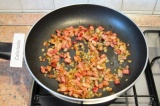 Шаг 6. Добавить бекон и готовить 2 минуты.