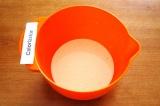 Шаг 8. Смешать для заливки яйца со сливками, паприкой и перцем.