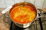 Шаг 9. Выложить в суп зажарку, поперчить, добавить сливочное масло и оливки.