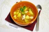Готовое блюдо: томатный суп с курицей и оливками