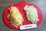 Шаг 4. Сыр нарезать на крупной терке, лук мелко нарезать.