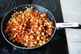 Шаг 8. Добавить томатную пасту, тушить на среднем огне 15 минут.