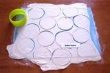 Шаг 6. Раскатать тесто в тонкий пласт. Вырезать 12 кружков.