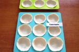 Шаг 7. Вдавить кружки теста в углубления на противне. Поместить в холодильник на