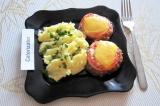 Готовое блюдо: котлеты с помидорами и сыром в духовке