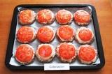 Шаг 8. Выложить кружки помидоров на котлеты и смазать оставшимся майонезом.