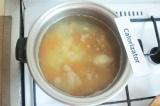 Шаг 4. Воду посолить, довести до кипения положить картофель, морковь и половинку