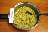 Шаг 5. Всыпать в медово-сахарную смесь орехи и печенье, как следует перемешать