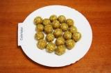 Шаг 6. Сделать небольшие шарики, поставить в морозилку на 10 мин.