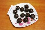 Шаг 8. Обвалять в шоколаде шарики, выложить на тарелку и поставить в холодильник