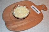 Шаг 3. Яйцо мелко измельчить или натереть на терке, выложить и смазать майонезом