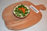 Шаг 5. Укроп мелко нарезать и посыпать им салат. Сверху украсить морковью.