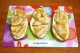 Шаг 4. Разложить на сыр кусочки куриного филе.