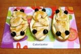 Шаг 5. Разрезать маслины пополам поперек, по краям булочек воткнуть 4 зубочистки