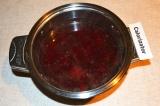 Шаг 3. К вишне добавить сахар и варить несколько минут, не дать закипеть компоту