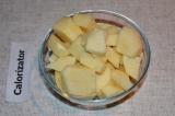 Шаг 1. Картофель почистить и помыть, нарезать на небольшие кубики. В кипящую вод