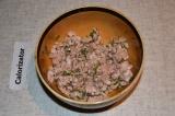Шаг 3. Подготовленный фарш заправить солью и перцем, добавить яйцо и укроп