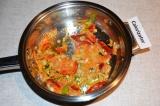 Шаг 4. Лук обжарить с морковью на растительном масле, добавить сладкий перец.