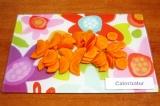 Шаг 2. Очистить морковь и нарезать ее кружочками.