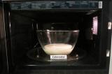 Шаг 1. Первоначально необходимо подогреть молоко в течение 1 минуты в СВ-печи.