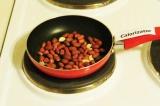 Шаг 1. Обжарить арахис в течение нескольких минут.
