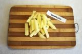 Шаг 3. Картофель очистить и порезать соломкой.