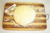 Шаг 2. Всыпать просеянную муку и замесить мягкое тесто. Накрыть полотенцем и ост
