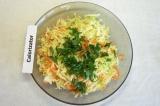 Шаг 3. Петрушку измельчить и добавить в салат, перемешать.