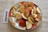 Шаг 1. Яблоки помыть и разрезать на кусочки, семечки удалить. Чеснок очистить