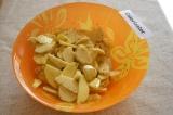 Шаг 3. Картофель очистить и заправить маслом, травами, солью и перцем, перемешат