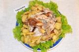 Готовое блюдо: курица с яблоками и картофелем