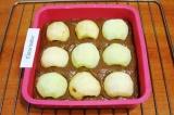 Шаг 9. Сверху разложить яблоки, легонько вдавив их в тесто.