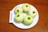 Шаг 6. Вымыть и очистить от кожуры яблоки.
