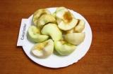 Шаг 7. Разрезать яблоки пополам и удалить косточки.