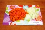 Шаг 2. Нарезать полукольцами вторую луковицу, морковь нарезать крупными ломтикам