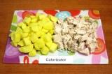Шаг 3. Отваренное куриное филе вынуть из бульона, немного остудить и нарезать ку