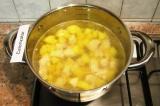 Шаг 4. Выложить в бульон картофель и кусочки куриного филе, проварить 7 минут.