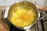 Шаг 5. Посолить суп по вкусу. Всыпать макароны и размешать.