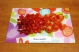 Шаг 7. Разрезать помидор на 8 долек, порезать красный перец крупными кусочками.