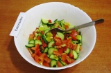 Шаг 9. Добавить в салат заправку, перемешать. Поджарить семена кунжута на сухой