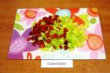 Шаг 3. Помыть перец, удалить семена и нарезать маленькими кубиками.