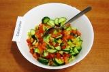 Шаг 5. Смешать в салатнике огурцы, перец, помидоры и чеснок.
