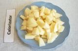 Шаг 2. Картофель очистить и порезать небольшими кусочками. Добавить в уху.