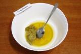 Шаг 1. Выложить в миску мед, горчицу, влить растительное масло и сок лимона.