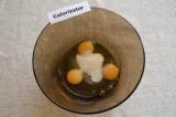 Шаг 1. В миске смешать сахар и яйца.