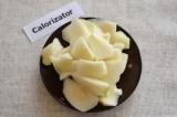 Шаг 4. Груши помыть и очистить от шкурки. Нарезать фрукт небольшими ломтиками