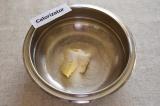 Шаг 7. Для глазури: масло смешать с сахаром и молоком. Поставить посуду на плиту