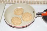 Шаг 4. Сформировать котлетки и жарить на сковородке с антипригарным покрытием.
