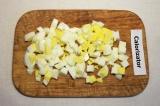 Шаг 1. Отварить куриное филе и яйца. Яйца порезать кубиками.